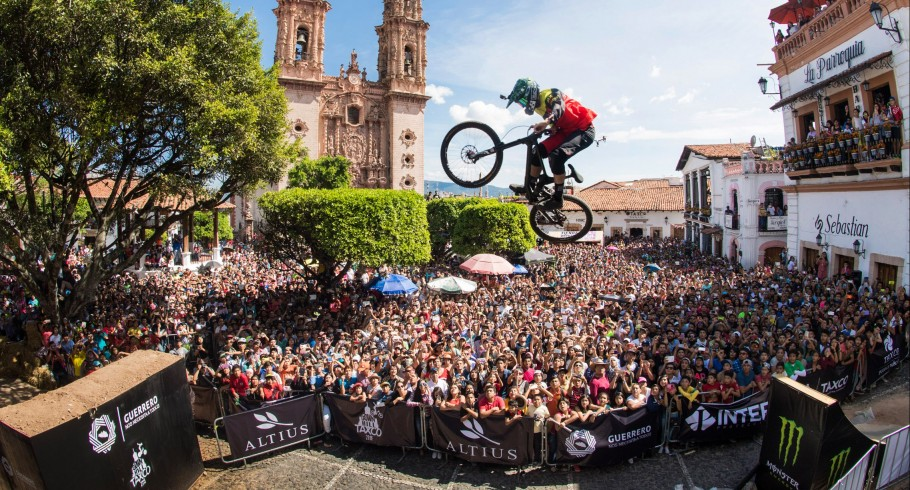 Urban Race - Downhill Taxco in Mexico celebrated on November 5-6 in Taxco Mexico. Rider: Roberto Castillo