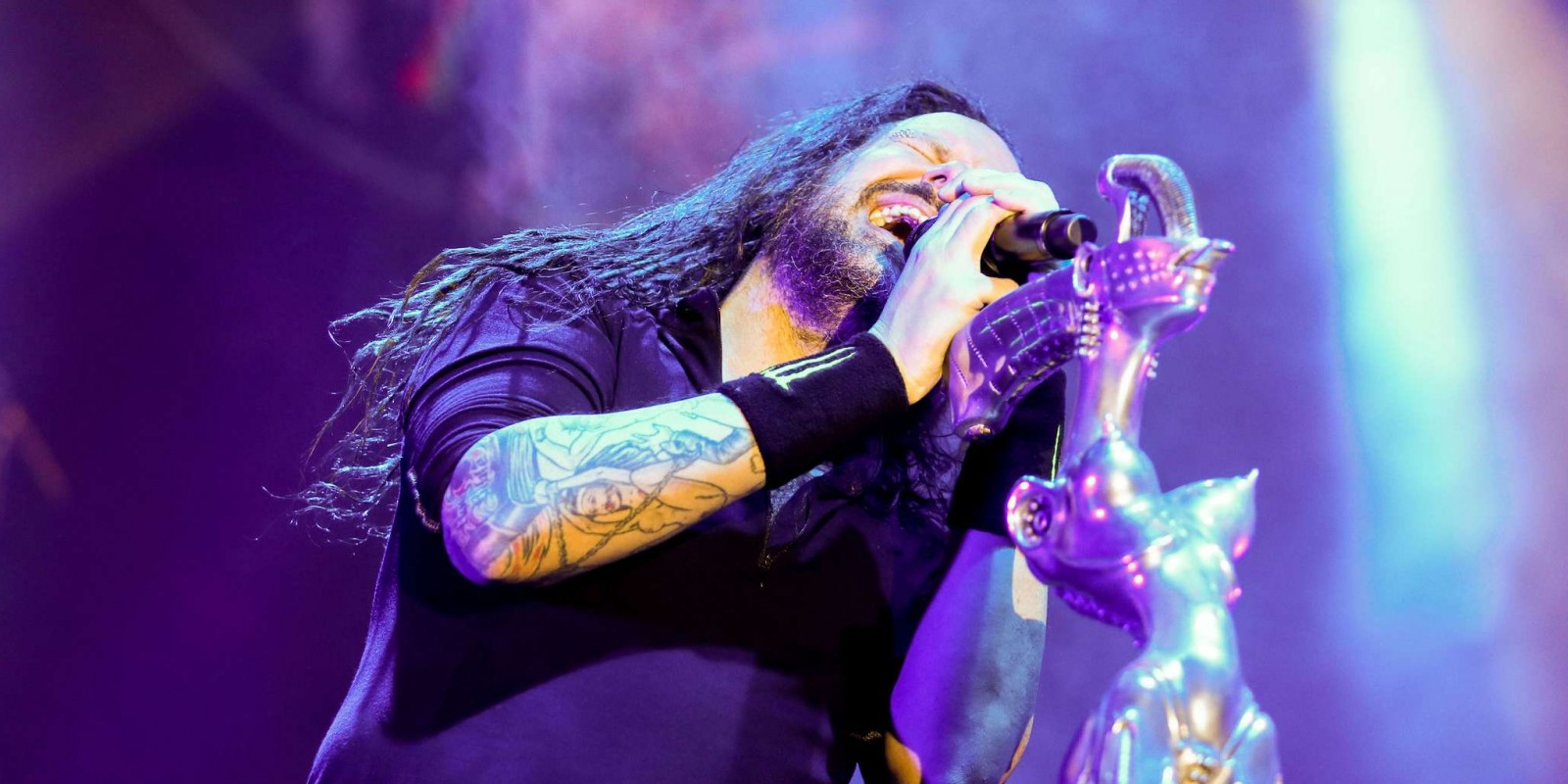 jonathan davis performing live with Korn in Milan