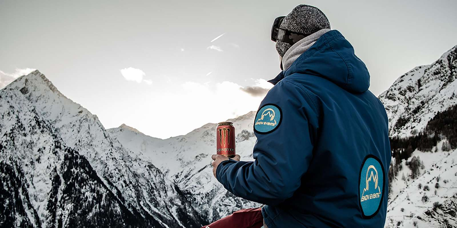 A snowboarder with an LH44 can in a winter scenery of mountains