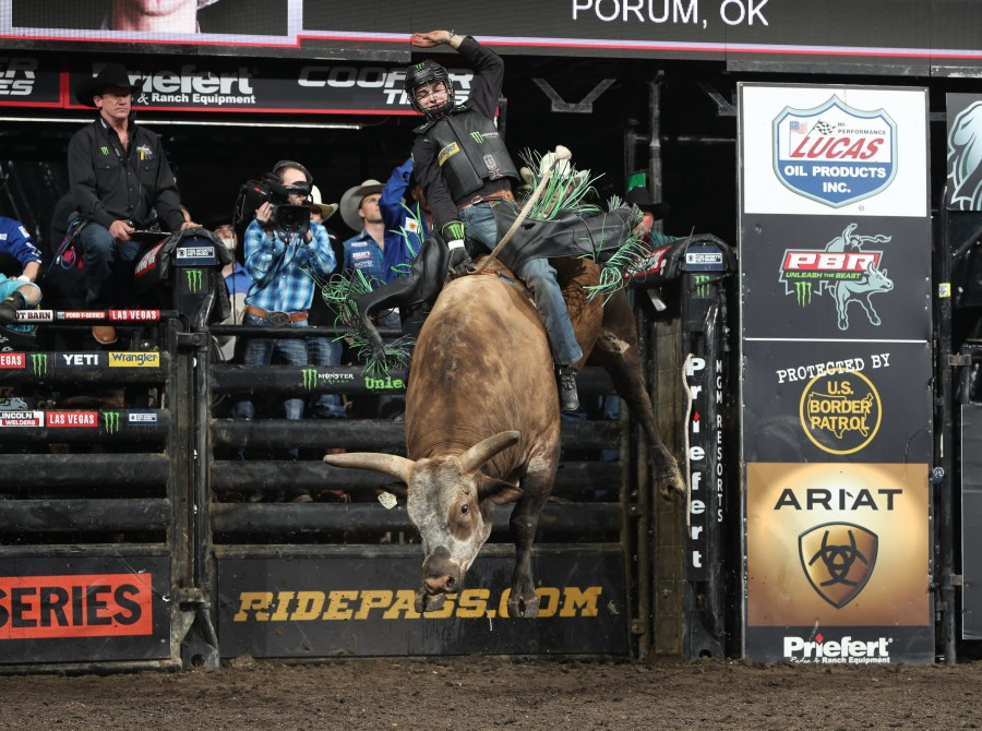 Cannon Cravens attempts to ride Ohl/Herb/McDowell/Comozzi's Total Feeds Bushwhacked during the second round of the Sioux Falls PBR Unleash the Beas